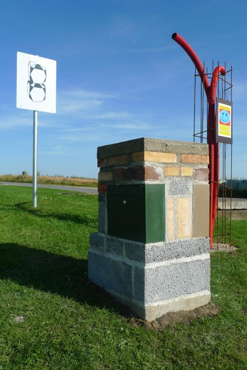 Mursten, beton, postkasser.
