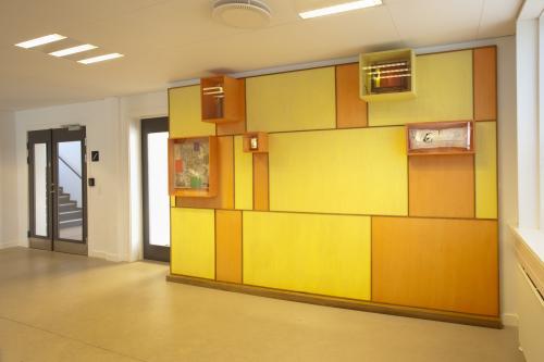 Esbjerg Politigård. Væg panel i birkefiner/teak, samt ældre objekter fra lokal historie.
